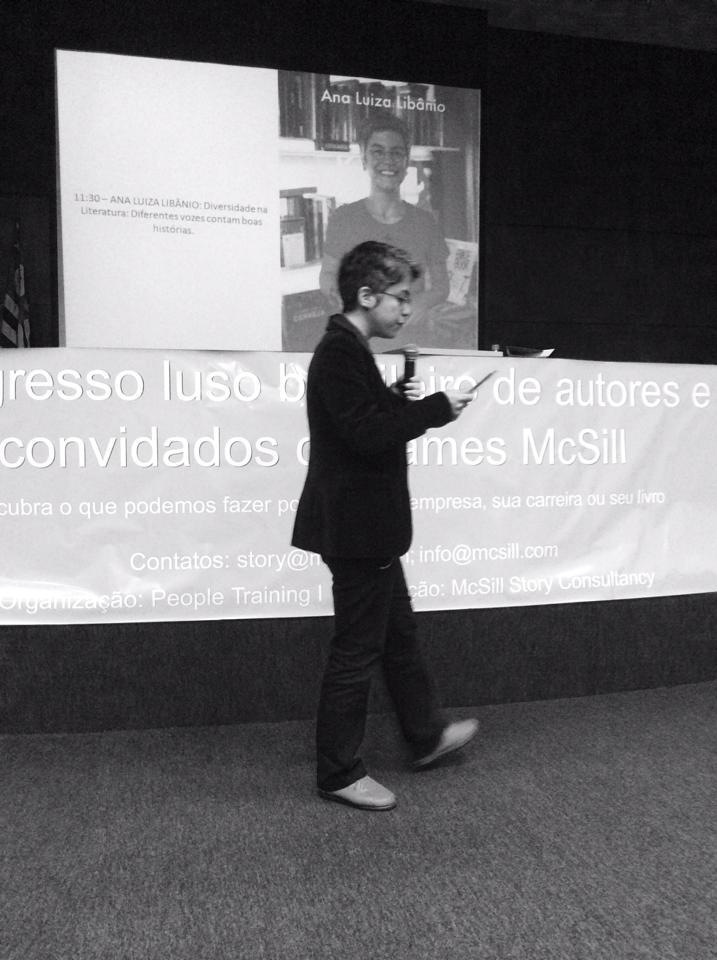 Ana Luísa Libâneo, entorpecendo o público com seus contos.